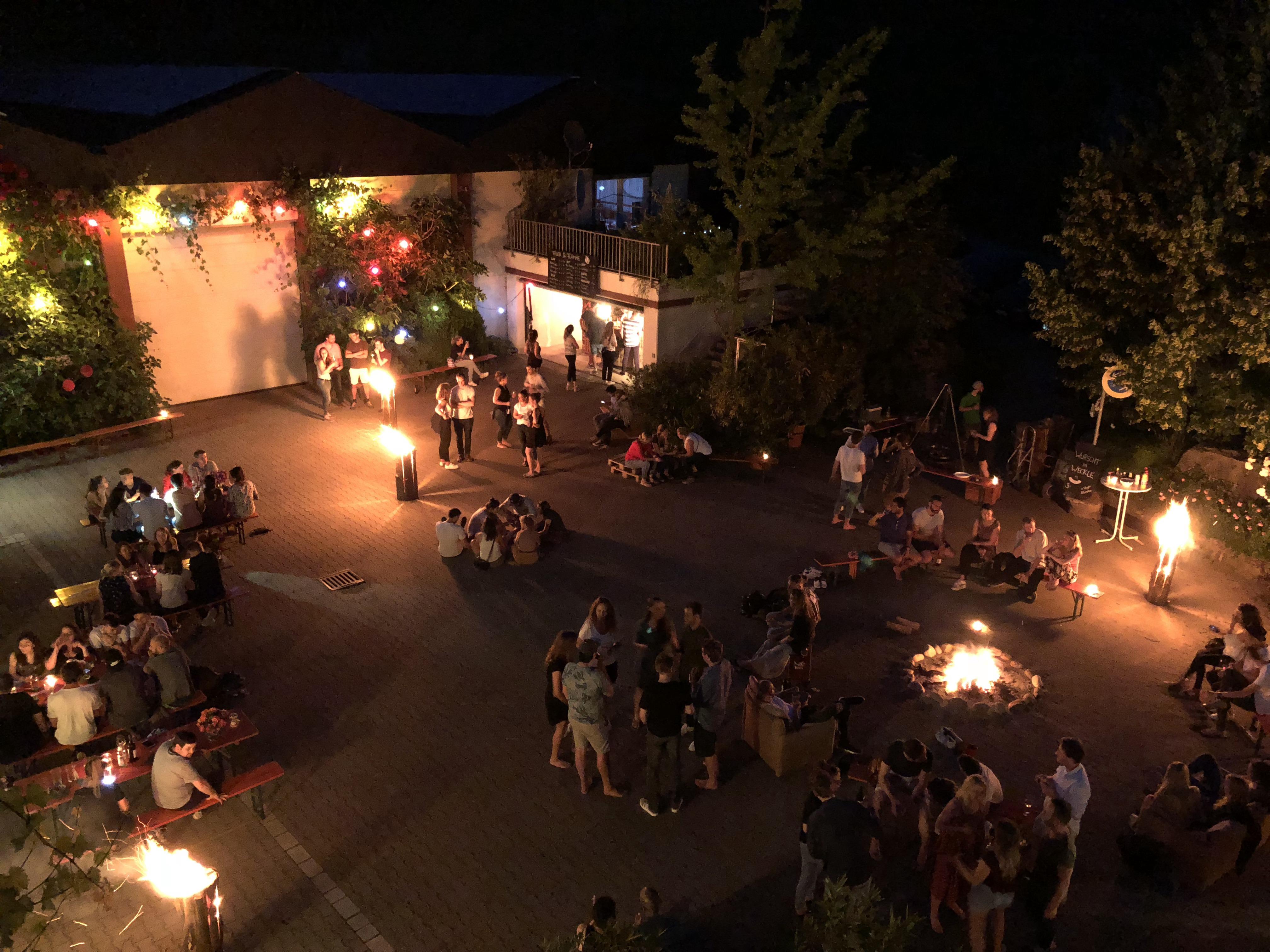 Junge Party im Weingut - Feuer und Flamme für Wein